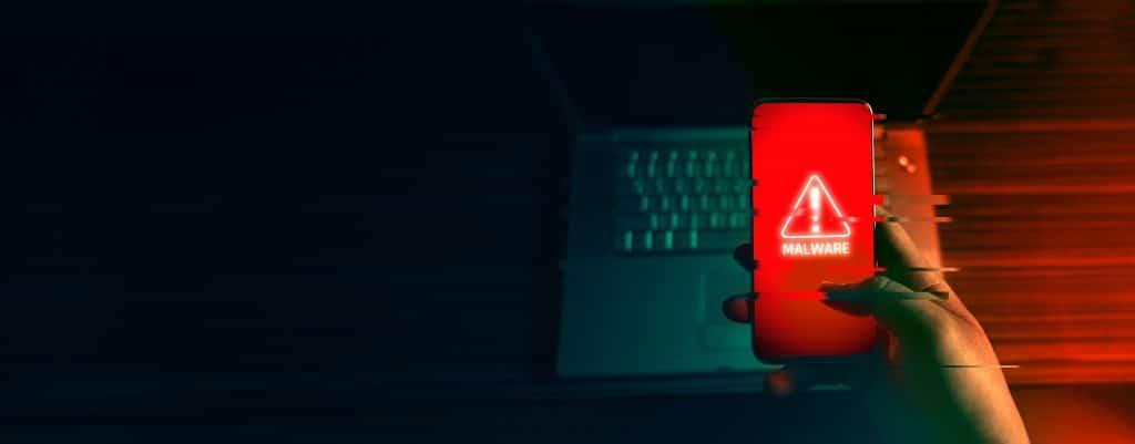 hacker utilizando un malware en telefono movil para hackear contraseñas